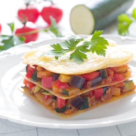 Millefoglie croccante di verdure con fagottino di cipolla di Tropea e Provolone con salsa di peperone