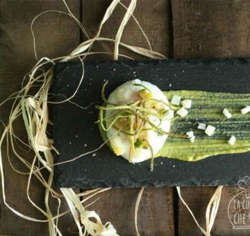 Uovo pochè su crema di zucchine e provolone